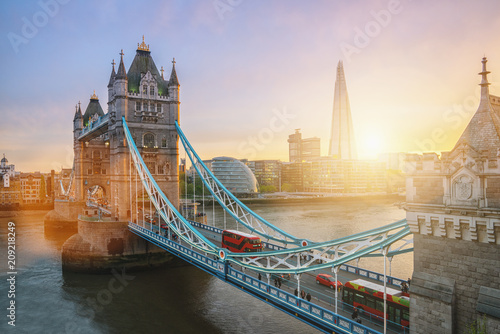 Cadres-photo bureau Londres bus rouge Sunset at the Tower Bridge in London, the UK