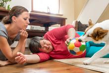 Geistig Behinderte Frau Spielt Mit Einem Hund, Betreuerin Daneben