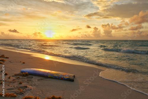 Papiers peints Nautique motorise tabla de surf en la playa al amanecer
