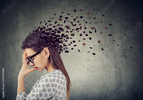 Foto Young woman losing parts of head as symbol of decreased mind function