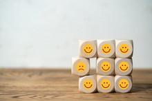 Viele Würfel Mit Lächelnden ...