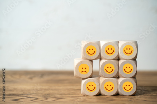 Fotografia, Obraz  Viele Würfel mit lächelnden Smileys und einer der unzufrieden ist