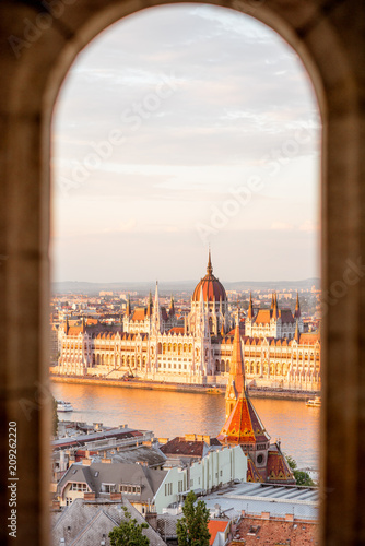 Canvas Print Cityscape view trhough the arch on the famous Parliament building during the sun