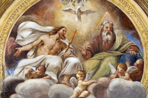 Stampa su Tela PARMA, ITALY - APRIL 16, 2018: The ceiling freso of The Holy Trinity in church Chiesa di Santa Croce by Giovanni Maria Conti della Camera (1614 - 1670)
