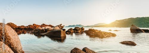Poster Cote Farbenfrohes Panorama einer felsigen Küste auf Korsika