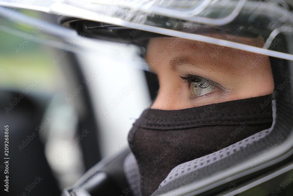 Fototapeta Rennfahrerin mit Helm und Sturmhaube