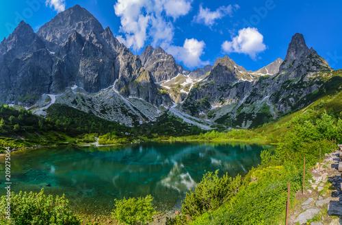 Foto auf Gartenposter Gebirge Dolina Kežmarskej Bielej vody, Kezmarska Valley, View on Lomnica