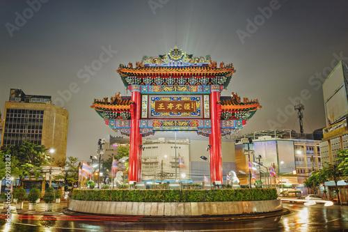 Brama łuk przy nocą, Chinatown w Bangkok, Tajlandia (Odeon okrąg)