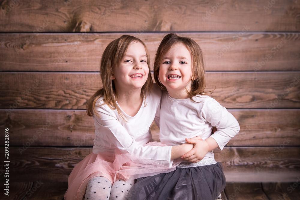 Fototapeta siostry się przytulają
