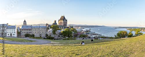 Naklejka premium Zamek Frontenac w starym mieście Quebec w pięknym świetle wschodu słońca