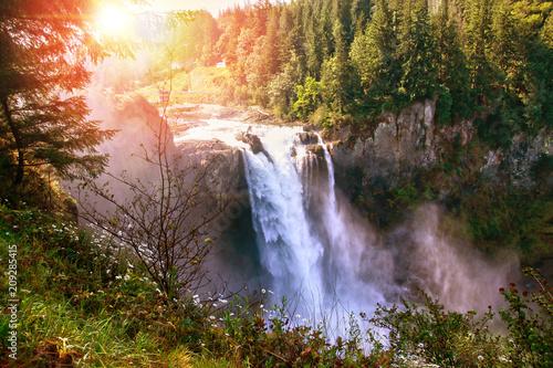 Rano wschód słońca nad Snoqualmie Falls w stanie Waszyngton. Wodospad jest poświęcony Indianom z Snoqualmie, którzy od stuleci mieszkają w dolinie Snoqualmie.