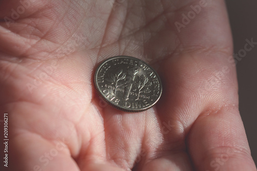 Fotografía  One American Dime in the palm of a female hands B