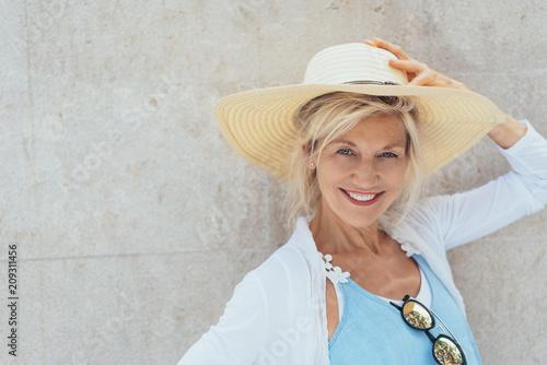 Fotografia lächelnde ältere Frau mit einem Strohhut