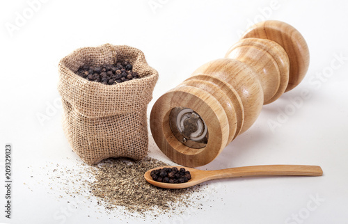 Fotomural Pepper mill on a white isolated background with peppers