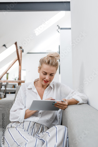 Poster  Woman Using Tablet