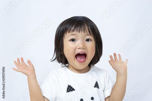 Fotografia  感激喜び手を上げる幼い女の子