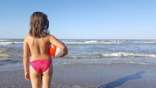 Bambina In Riva Al Mare Col Pa...