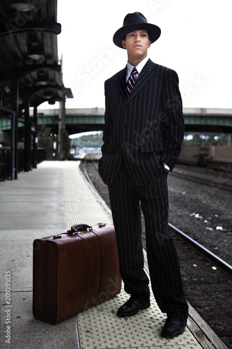 Fotografia  Man waiting for a train in 1940s attire