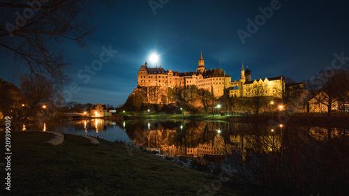 Plakat Hohenzollernschloss w Sigmaringen znajduje się bezpośrednio nad Dunajem, księżyc w pełni przy zamku oświetlał okolicę.