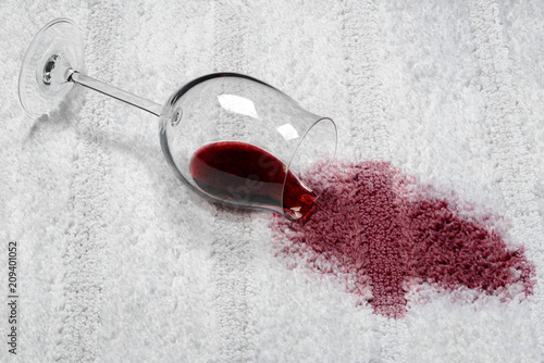 Fleck Rotweinfleck umgekipptes Glas