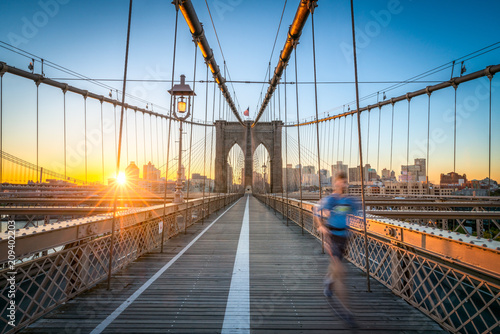 Staande foto New York City Jogger auf der Brooklyn Bridge in New York City, USA