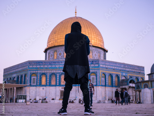 Foto op Plexiglas Bedehuis Man standing in front of the Dome of the Rock