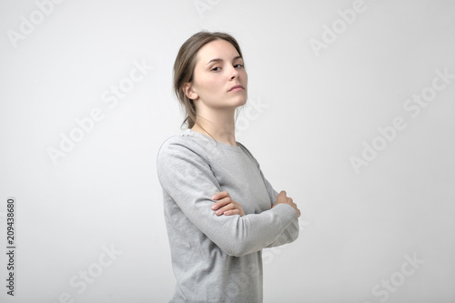 Foto  The young woman portrait with proud and arrogant emotions on face
