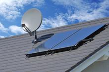 Solarthermische Anlage Und Sateliten-Anlage Auf Einem Neu Gedeckten Ziegeldach Montiert