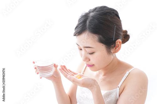 Fotografia  サプリメント・薬を飲む女性
