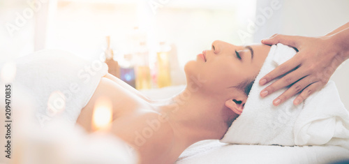 Photo  Relaxed woman gets facial and head massage in spa.