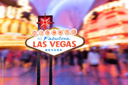 Cadres-photo bureau Las Vegas Famous Las Vegas sign with blur cityscape