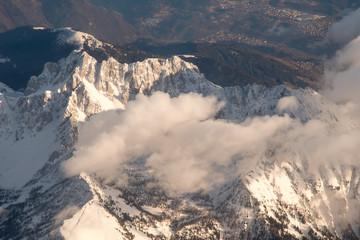 Oświetlone słońcem Alpy z perspektywy samolotu