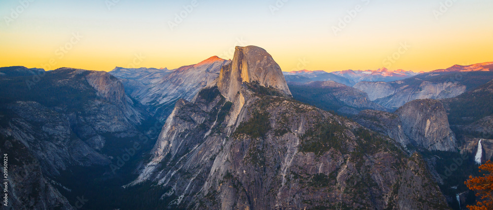 Valokuva  Panoramic View of Half Dome from Glacier Point in Yosemite National Park