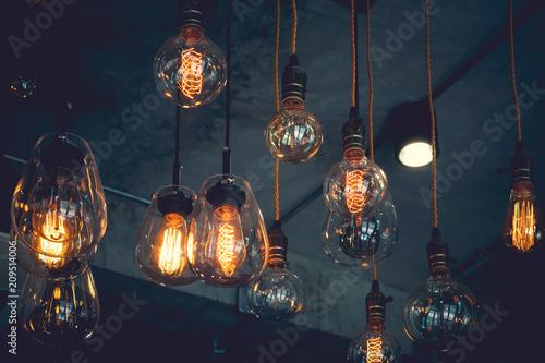 Pięknego rocznika luksusu światła lampowy wiszący wystrój jarzy się w zmroku. Styl retro efekt filtra.