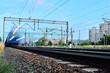 Pociąg przejeżdżający blisko po torach kolejowych.