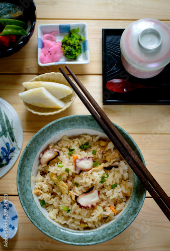 Photo  Takikomi gohan is a Japanese rice dish seasoned with dashi and soy sauce along with mushrooms, vegetables, meat, or fish