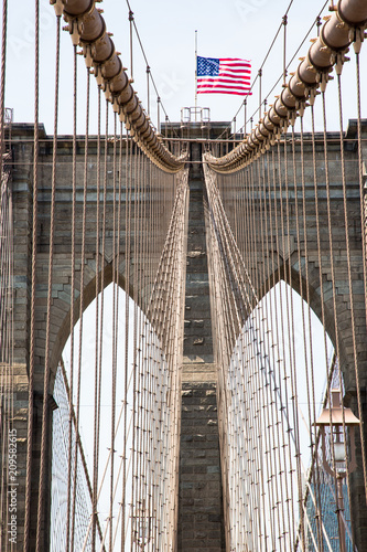 Naklejka premium Brooklyn Bridge New York I słupki i linki do zawieszania