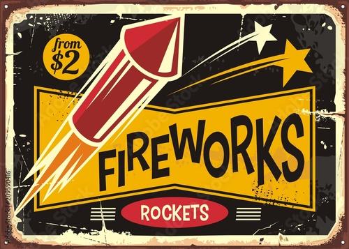 Retro fajerwerki podpisują z czerwoną rakietą na starym metalu tle. Vintage plakat lub projekt ulotki dla ognia działa detalista rakiet.