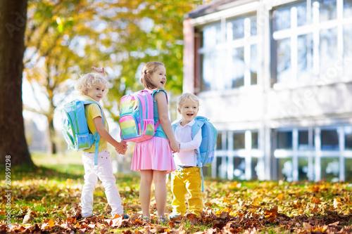 Cuadros en Lienzo Kids go back to school. Child at kindergarten.