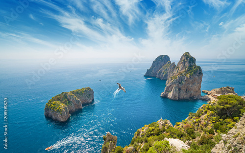 Photo  Famous Faraglioni rocks, Capri island, Italy