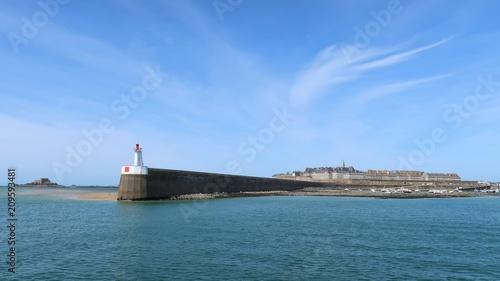 Papiers peints Ville sur l eau Vue sur Saint-Malo depuis la mer, avec le môle des Noires et son phare (France)