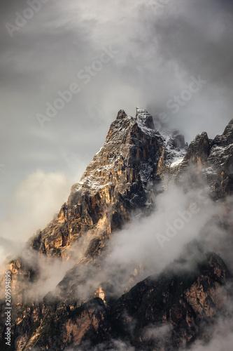 monte-antelao-3263-m-nad-san-vito-di-cadore-niedaleko-cortiny-d-39-ampezzo-jest-druga-najwyzsza-gora-w-dolomiti-znana-rowniez