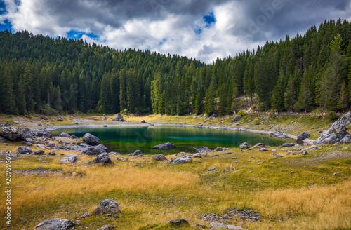In de dag Honing Carezza lake (Lago di Carezza, Karersee) with Mount Latemar, Bolzano province, South tyrol, Italy.