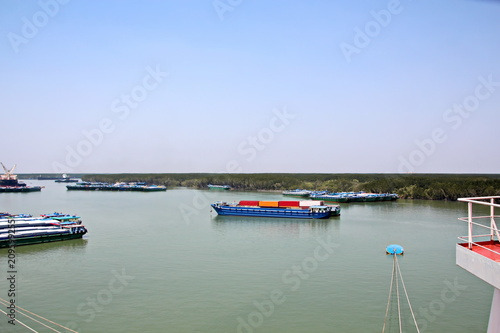 Foto op Plexiglas Poort Выгрузка судна в порту Сайгон, Вьетнам, река Меконг