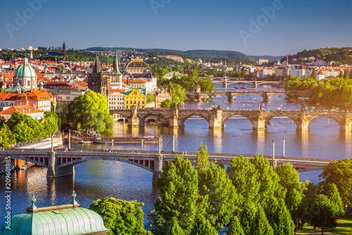Plakat Sceniczny wiosna zmierzchu widok z lotu ptaka Stara Grodzka molo architektura i Charles most nad Vltava rzeką w Praga, republika czech
