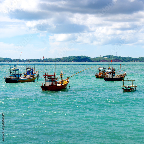 Foto op Canvas Asia land Beautiful seascape with fishing boats on the water.