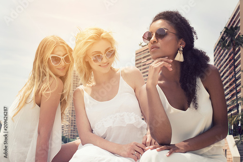 Photo  Group of multiracial girlfriends having fun together.