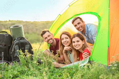 Fotografía  Group of happy young people in camping tent