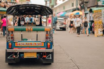 Tuk Tuk (tajlandski tradicionalni taksi automobil) parkiralište za turističkog putnika u poznatoj ruksačkoj ulici u Bangkoku (cesta Khao San), znamenitost i popularno za turiste, razgledavanje Bangkoka na Tajlandu