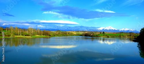 Spoed Foto op Canvas Blauw 北海道、美瑛町の水沢ダムより見る十勝岳連峰の雪渓風景